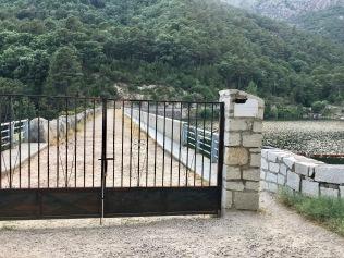 Paso por la derecha de la verja para cruzar la presa y coger el sendero.
